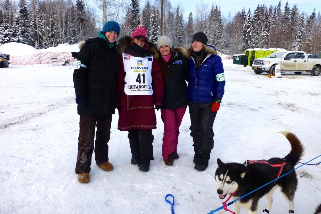 Wir machen noch ein Foto mit Lisbet, Sarah, Kari und mir, bevor wir Richtung Startlinie marschieren