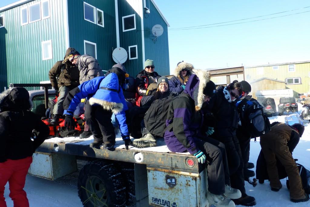 Mit einem Truck werden wir zu unserer Unterkunft gebracht