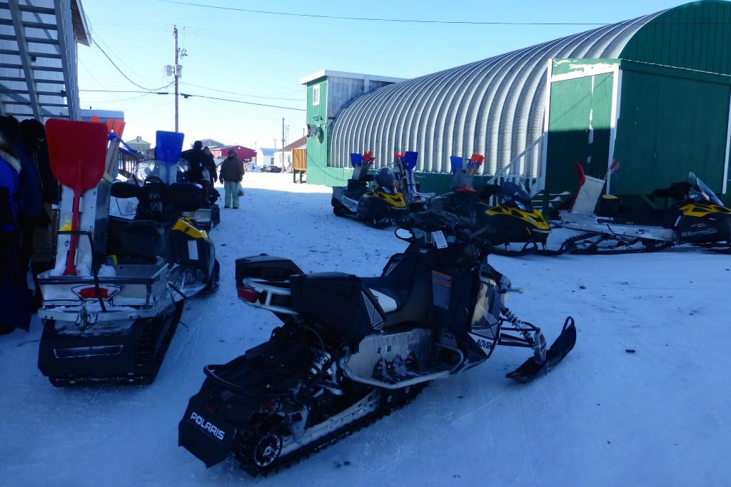 Die Motorschlitten der Trailbreaker warten darauf das es weiter Richtung Nome geht