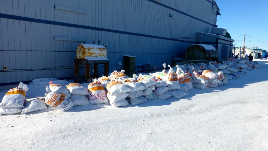 Food Drops Bags in Unalakleet beim Iditarod 2015