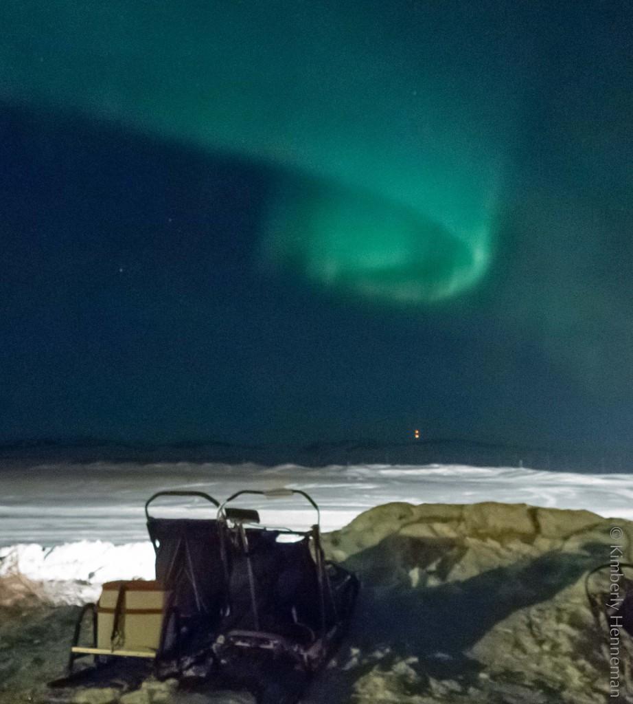 Nordlichter in Unalakleet tanzen über den Ersatzschlitten der Iditarod-Musher